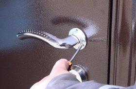 Замена дверной ручки металлической двери в Москве