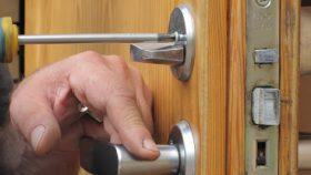 Замена личинки замка входной двери в квартире в Москве