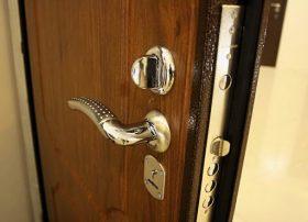 Замена входной двери в квартире в Москве