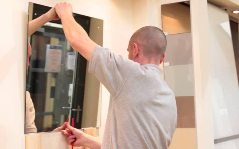 Как повесить зеркало на стену