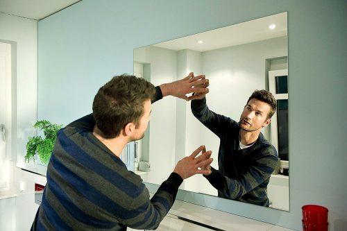 Как приклеить зеркало к стене